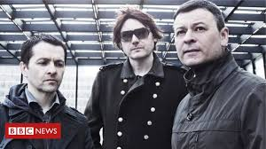 Coronavirus: <b>Manic Street Preachers</b> play NHS concerts - BBC News