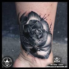 татуировки чёрная роза с кляксами в стиле реализм черно серая