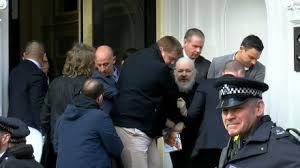 Assange se resiste al arresto a la salida de la Embajada Ecuatoriana