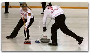 Олимпийские игры Зимние олимпийские виды спорта Керлинг Игра состоит из 10 отдельных частей называемых эндами Партнерам по команде разрешается натирать лед специальными щетками или метелками по ходу движения