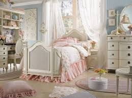 Modern Chic Bedroom Ideas Floral Pattern Quilt Brown Wall Paint ...
