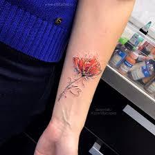 фото небольшой татуировки на руке у девушки в стилеграфика акварель