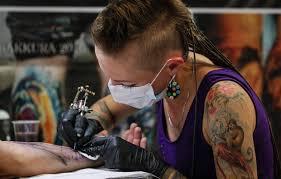 вциом около трети обладателей татуировок сделали их по глупости или