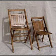 old folding chairs. decorating with old wooden folding chairs