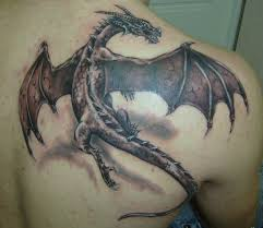 тату на лопатке парня дракон фото рисунки эскизы