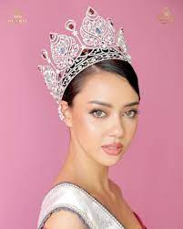 amanda.obdam | Obdam, Girl photos, Crown jewelry
