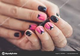 美しいマニキュアのデザイン黒とピンクの爪アート マニキュア
