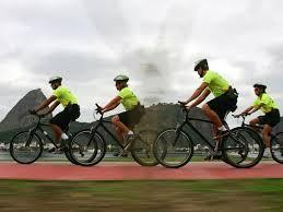 Resultado de imagem para policiais do rj de bicicleta