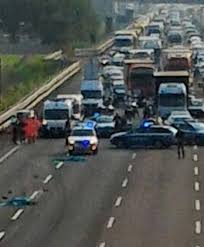 Incidente sull'A4: travolti e uccisi da un camion mentre ...