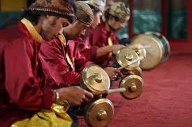 Cara menggunakan alat musik ini yaitu dengan meletakan kariding di bibir, kemudian tepuk bagian pemukulnya supaya tercipta resonansi suara. 11 Indonesia Traditional Musical Instrument Ideas Indonesia Traditional Instruments