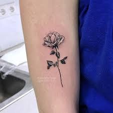 фото небольшой женской татиуровки на руке в стиле реализм графика