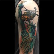 тату статуи свободы с вертолетом на плече мужчины фото рисунки