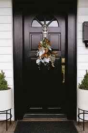 modern door swag tutorial learn how to make this modern take on traditional holiday decor
