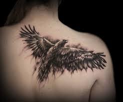 татуировка на спине у девушки ворон фото рисунки эскизы