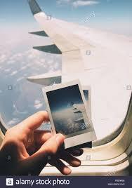 Hand Die Bilderrahmen Gegen Flugzeugfenster Beschnitten Stockfoto