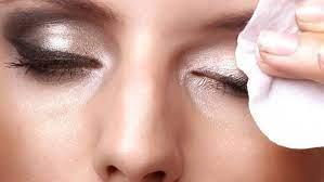 kita memakai make up remover salah