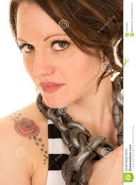 женщина с Striped цепью танка и татуировки вокруг Sultr конца шеи