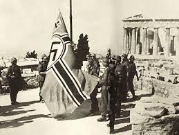 Ελεύθερη Αθήνα. Οι Γερμανοί κατεβάζουν τη σβάστικα από την Ακρόπολη και τελειώνει η μαύρη νύχτα της κατοχής. Ποιος ανέλαβε την διοίκηση της πόλης - ΜΗΧΑΝΗ ΤΟΥ ΧΡΟΝΟΥ