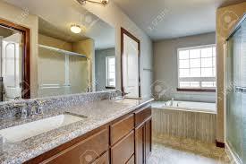 Schöne Badezimmer Interieur Mit Waschbeckenunterschrank Und Großem