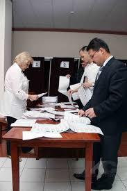 Явка избирателей на выборах в башкирский парламент оказалась ниже  До этого члены УИКа аннулировали неиспользованные бюллетени По закону их полагается погасить срезать ножницами нижний угол На практике казалось бы