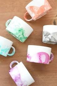 learn how to make diy marbled mugs
