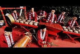 Alat musik tradisional betawi gambang kromong adalah sebuah orkes musik yang namanya merupakan perpaduan dari 2 buah benda, yaitu gambang dan kromong. Gambang Kromong Musik Tradisional Betawi Suryapost