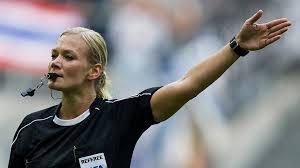 Ein fußball schiedsrichter ist ein fester bestandteil in jeder mannschaft, denn ohne geht es einfach nicht. Bibiana Steinhaus Erste Schiedsrichterin In Fussball Bundesliga