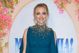 amanda seyfried cleverly used makeup to plement an eye infection at the mamma mia 2 premiere