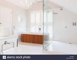 Kronleuchter über Großzügige Badewanne Im Modernen