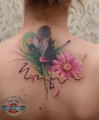 татуировка на спине у девушки перья и цветок фото рисунки эскизы