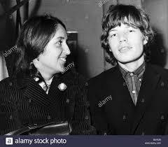 Joan Baez American Folk cantante famoso per canzoni di protesta contro la  guerra del Vietnam incontra Mick Jagger cantante pop del Rolling Stones a  Glasgow nel 1965 Foto stock - Alamy