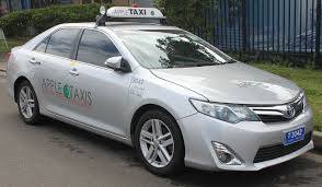 File:2013 Toyota Camry (AVV50R) Hybrid HL sedan, Apple Taxis ...