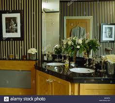 Schwarz Weiß Gestreifte Tapete Im Badezimmer Mit Under Set Becken