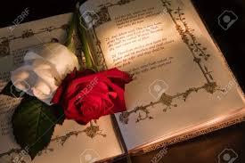Roses Et La Bible Avec Le Texte Genèse Dadam Et Eve Un Texte De Mariage Typique Lillustration De Livre Est Copié à Partir Dune Bible De 400