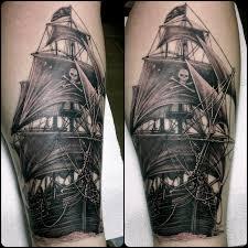 татуировки пиратский корабль в стиле реализм черно серая голень