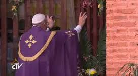 Resultado de imagen para imagen del papa abriendo la puerta santa