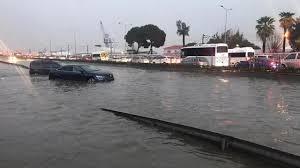 """Son Dakika: İzmir'de sağanak yağış sele neden oldu Vatandaşlara """"Evden  çıkmayın"""" uyarısı yapıldı - Son Dakika"""