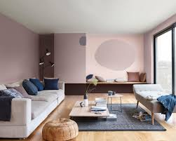 kesan feminim melalui ruang tamu yang didominasi warna cat rumah minimalis merah muda dulux
