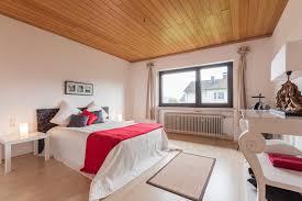 Schlafzimmer Nachher Holzdecke Tagesdecke Kisse