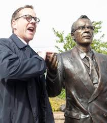 best tommy douglas ideas donald love donald actor kiefer sutherland poses a life sized statue of his grandfather tommy douglas
