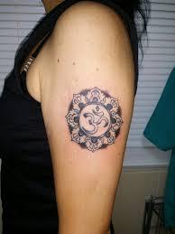татуировка на плече у девушки символ ом фото рисунки эскизы