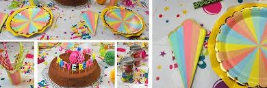 Déco de table anniversaire enfants multicolore.