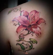 татуировка розовая лилия сделана в салоне тату академия москва