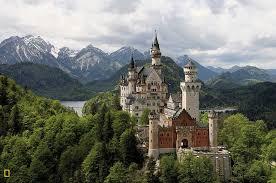 empoleirado sobre uma crista rochosa ligada ao lago schau o novo castelo de hohenschau recebeu o nome de neuschwanstein depois da morte do rei