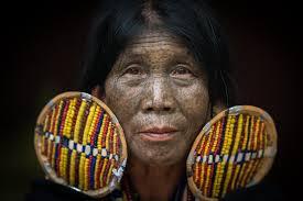 уродство ради красоты татуировки на лице женщин племени в мьянме