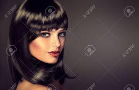 プロファイルにまっすぐ光沢のある黒髪と前髪の女の子ケアの髪型とブルネットのモデル高級ファッション