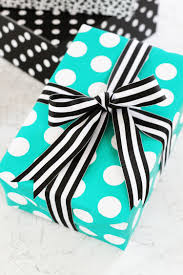 Pretty Presents: How To Tie a Perfect Ribbon Bow for a Gift | Apartment  Therapy