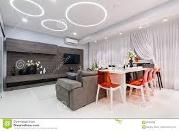 Moderne Witte Woonkamer Met Eettafel Stock Afbeelding Afbeelding