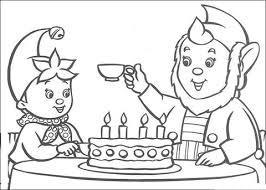Groot Oor Geeft Noddy Een Kopje Thee Er Staat Een Verjaardagstaart