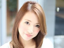 前髪長めで自然な質感のアールストレートミディ ヘアスタイル髪型